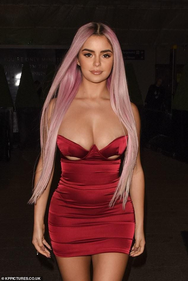 Chiếc váy với điểm nhấn là ở vòng một khiến Demi Rose thêm gợi cảm.