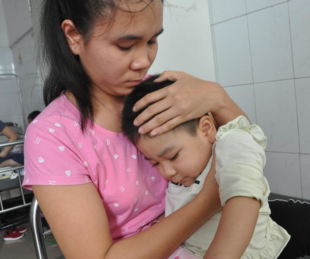 Ánh mắt cầu cứu sự sống của bé 3 tuổi bị viêm não - Ảnh 4.