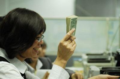 Chiều nay 4/12, cặp tỷ giá USD/VND được các ngân hàng điều chỉnh sụt giảm mạnh dù tỷ giá trung tâm do Ngân hàng Nhà nước công bố không thay đổi.