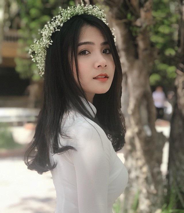 Dương Thu Giang (sinh năm 2000, cựu học sinh trường THPT Lý Thái Tổ, Bắc Ninh) là hot girl được dân mạng yêu mến. Trong suốt 2 năm nổi tiếng, cô luôn gắn liền với hình ảnh nữ sinh mặc áo dài trắng đẹp dịu dàng và trong sáng.
