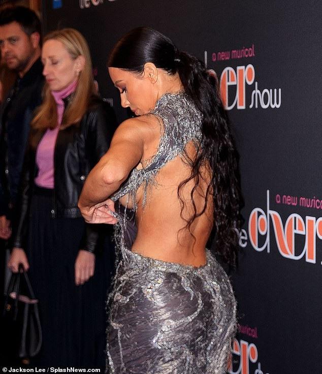 Người đẹp siêu vòng ba suýt lộ hàng vì pha chỉnh váy khá phô