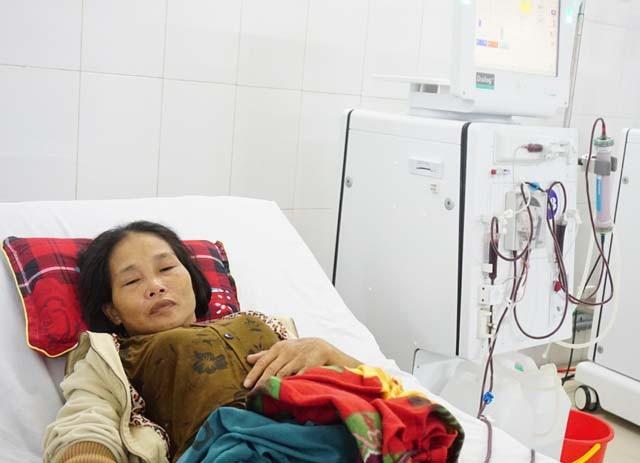 Căn bệnh suy thận độ 4 được phát hiện quá muộn khiến chị Châu phải duy trì sự sống bằng chạy thận nhân tạo tuần 3 lần.