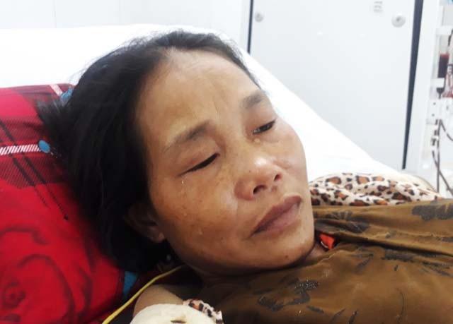 Giọt nước mắt bất lực của người mẹ nghèo vướng trọng bệnh khiến con gái lỡ dở chuyện học hành.