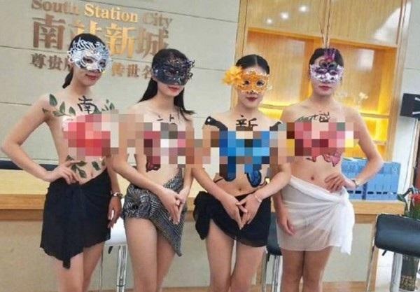 Dàn người mẫu ngực trần quảng cáo cho công ty bất động sản