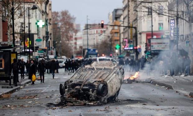 Một xe ô tô bị thiêu rụi bên ngoài trường trung học Jean-Pierre Timbaud (Ảnh: AFP)