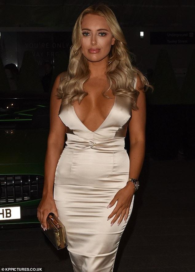 Sao của show truyền hình The Only Way Is Essex diện váy màu nude xẻ bạo