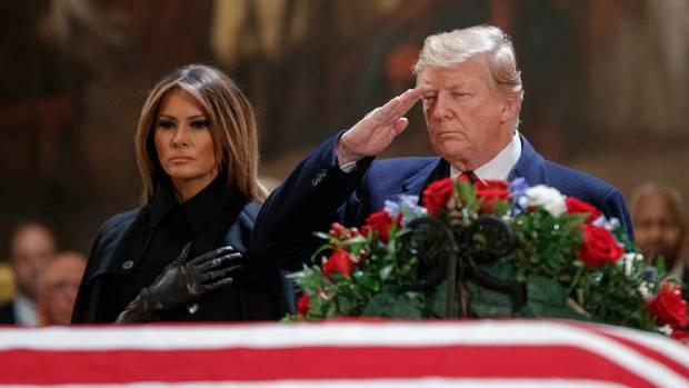 Tổng thống Trump và Đệ nhất phu nhân dự lễ viếng cựu Tổng thống Bush cha. (Ảnh: Fox10)