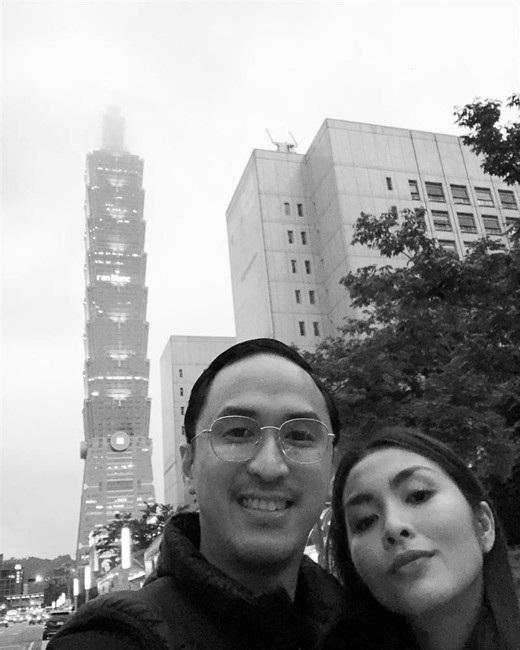 Vợ chồng Hà Tăng cùng nhau đi du lịch Đài Loan kỉ niệm ngày cưới. Cặp đôi không tạo dáng cầu kì mà khiến người hâm mộ thích thú bởi hình ảnh đời thường gần gũi.