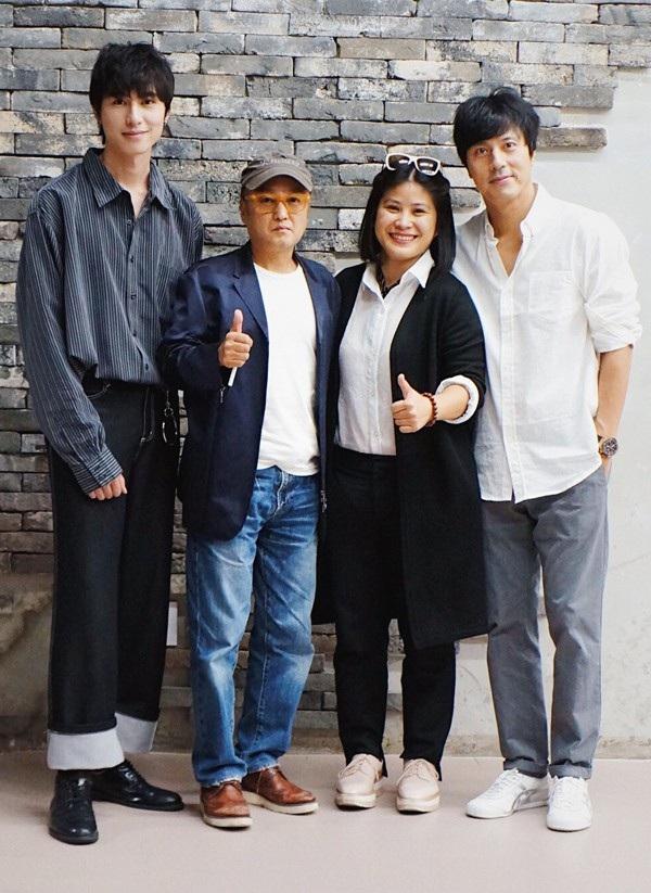 Nhà sản xuất Hồ Hạnh Nhân (vest đen đứng giữa) cùng ê-kíp đến từ Hàn Quốc.