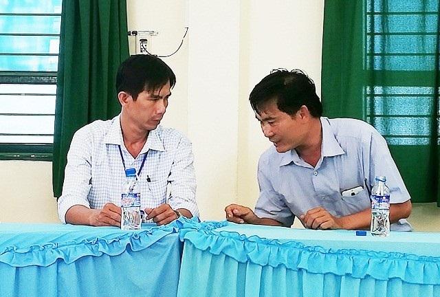Thầy Khánh (bên trái) và ông Hùng trao đổi tại cuộc họp.