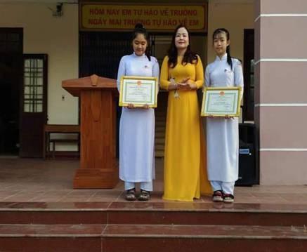 TS Lê Thị Hương - Giám đốc Sở GD&ĐT trao tặng Giấy khen cho học sinh Trường THPT Vĩnh Định.