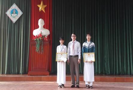 Lãnh đạo Sở GD-ĐT Quảng Trị khen thưởng cho học sinh trường THPT thị xã Quảng Trị. (Ảnh: Sở GD-ĐT Quảng Trị)