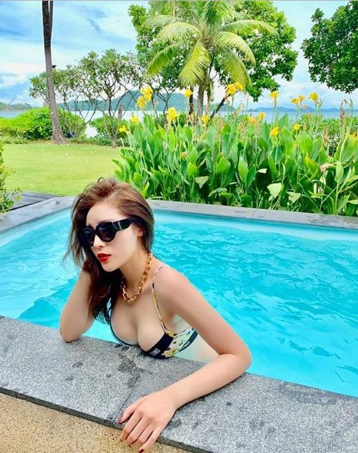 Hoa hậu Kỳ Duyên có chuyến nghỉ dưỡng sang trọng tại Thái Lan vào tháng 11 sau những chuyến công tác tất bật trong năm. Điểm đến của cô là hòn đảo du lịch nổi tiếng ở Phuket. Tại đây, người đẹp khoe dáng bốc lửa, nóng bỏng khiến người đối diện khó lòng rời mắt. Sau khi công khai chỉnh sửa vòng 1, Kỳ Duyên ngày càng táo bạo hơn trong phong cách thời trang.
