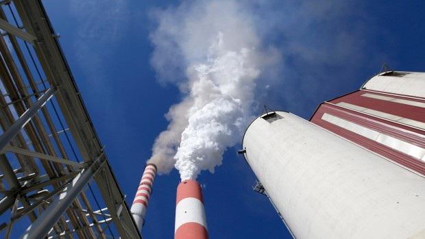 Khói bốc lên từ trạm điện đốt than chính trong khu phức hợp nhà máy nhiệt điện than của Serbia vay vốn của Trung Quốc. (Nguồn: CTV News)