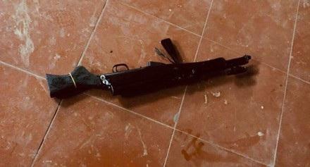 Khẩu súng CKC của đối tượng bị lực lượng chức năng thu giữ tại hiện trường.