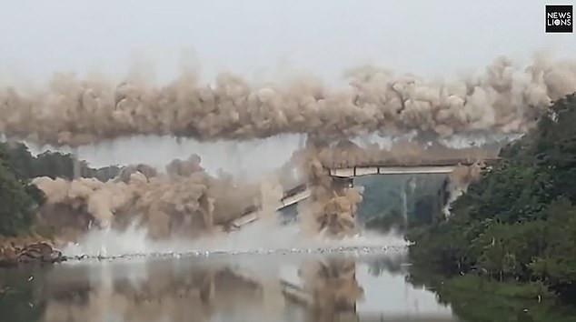 Khoảnh khắc cây cầu nổ tung (Ảnh: News Lions)