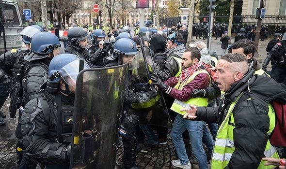 Cảnh sát đụng độ với người biểu tình Áo vàng. (Ảnh: Getty)