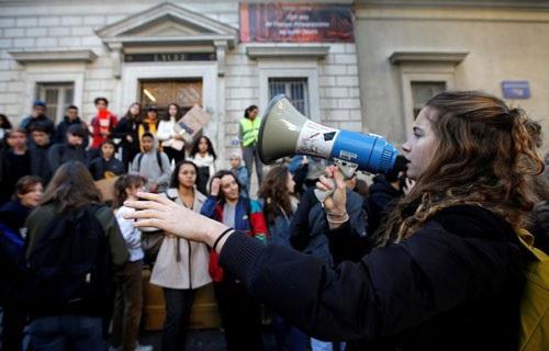 Các sinh viên biểu tình đứng bên ngoài một trường trung học ở TP Marseille - Pháp hôm 4-12 Ảnh: REUTERS
