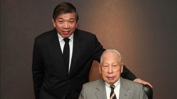 Tỷ phú Chang Yun Chung (phải) và con trai Teo Siong Seng - Ảnh: CNBC.