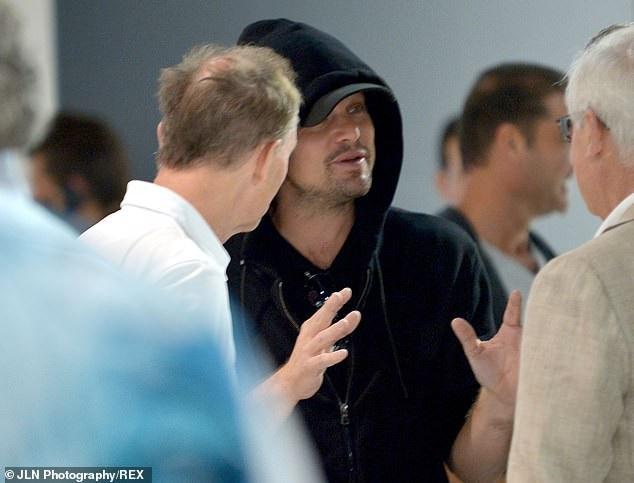 Tài tử Leonardo DiCaprio ăn mặc đơn giản đi xem triển lãm