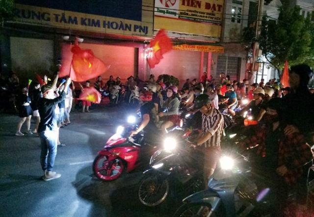 Hàng triệu người đổ ra đường mừng tuyển Việt Nam vào chung kết - 25