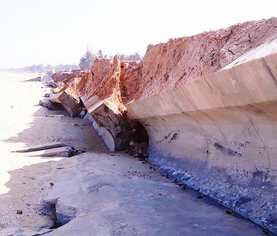 Kè chống xói lở bờ biển 80 tỷ bị sóng đánh hư hỏng sau khi đưa vào sử dụng không bao lâu.