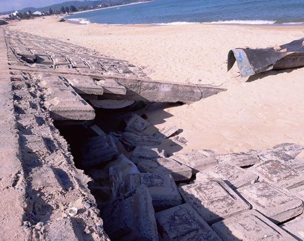Do nền yếu nên những tấm đan nhanh chóng bị sụt lún dù sóng biển không quá mạnh.