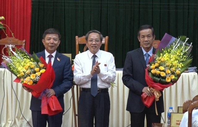 Ông Trần Công Thuật (bìa phải) được bầu làm Chủ tịch UBND tỉnh Quảng Bình.