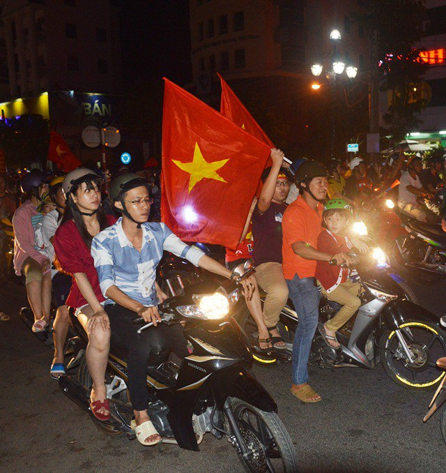 Hàng triệu người đổ ra đường mừng tuyển Việt Nam vào chung kết - 23