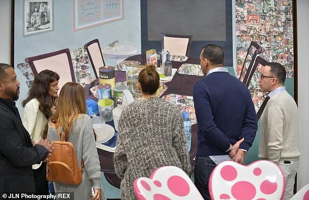 Cặp đôi chăm chú ngắm nhìn các tác phẩm nghệ thuật