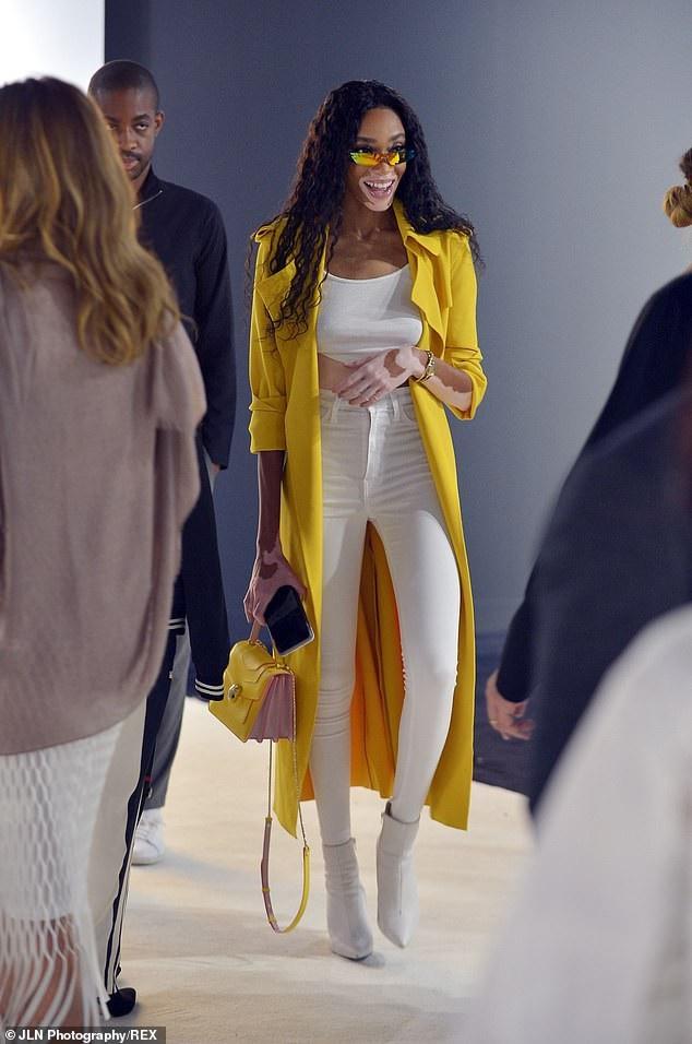 Siêu mẫu Winnie Harlow nổi bật với trang phục trắng vàng gợi cảm và cá tính
