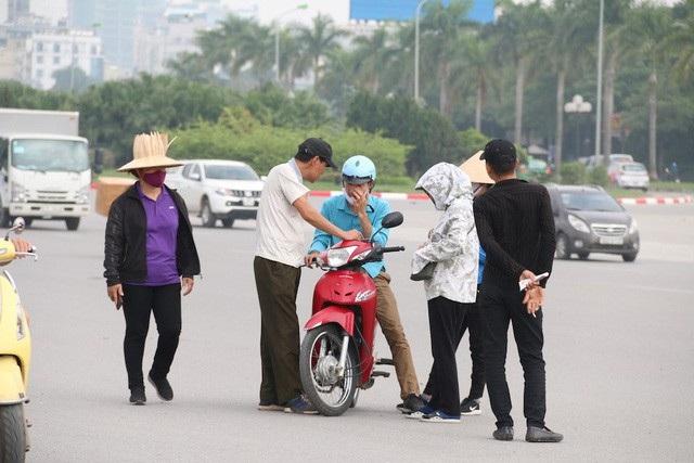 Bắt tại trận bảo vệ Liên đoàn Bóng đá Việt Nam tuồn vé mời cho trùm phe vé - 1