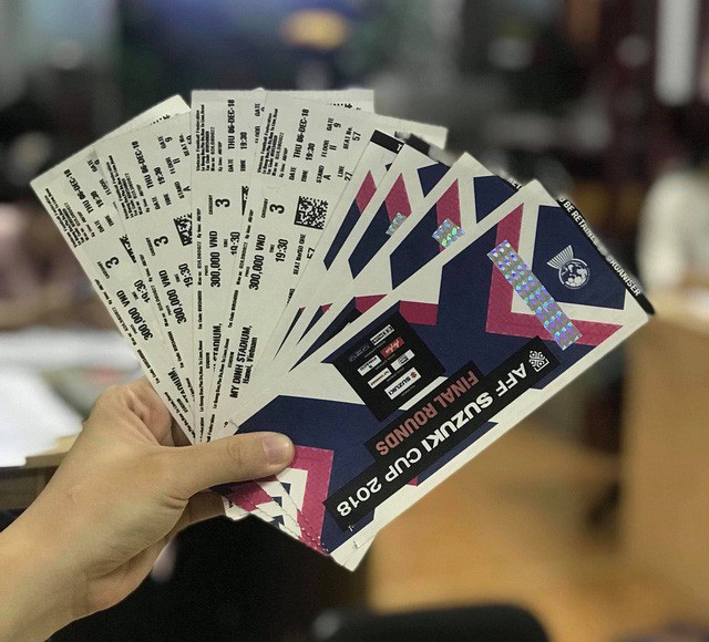 Các đối tượng phe vé sau khi mua được những cặp vé rồi hét giá từ 2-10 triệu đồng/1 cặp vé, tuỳ từng loại.