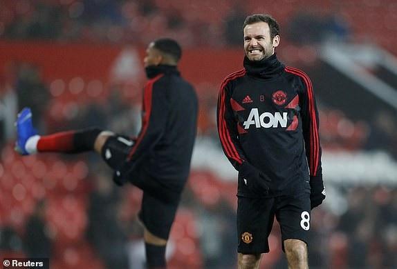 Mata khởi độngt rên sân, tiền vệ người Tây Ban Nha có mặt ở băng ghế dự bị