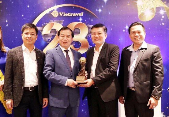 Ông Hà Văn Siêu, Phó tổng cục trưởng Tổng cục Du lịch, chúc mừng đơn vị đạt giải thưởng Du lịch Thế giới - World Travel Awards (WTA).