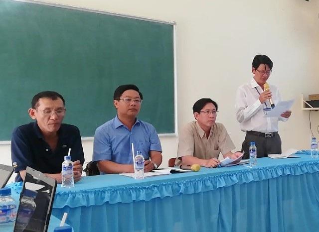Ông Vưu Thanh Tùng- Hiệu trưởng Trường THCS Trần Huỳnh (người đứng) nhận định, thầy giáo Hồ Văn Khánh không có lỗi.