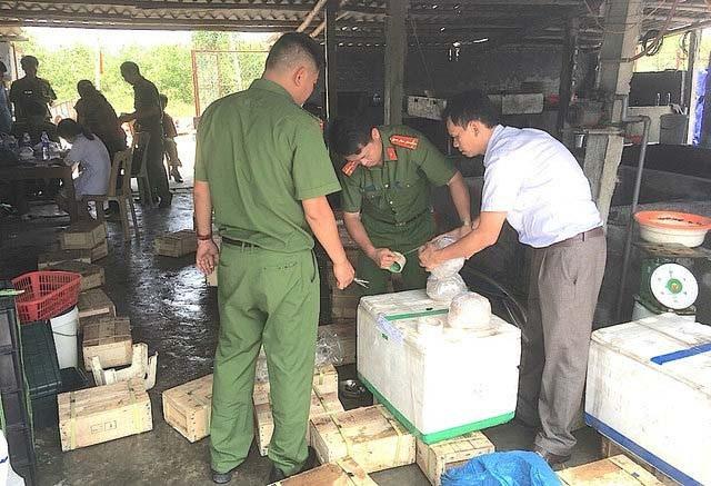 Cảnh sát môi trường Công an tỉnh Nghệ An bắt vụ 3,5 tấn sứa ngâm hóa chất tại huyện Diễn Châu.
