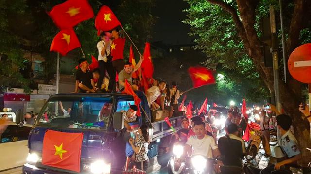 Cổ động viên ăn mừng chiến thắng của đội tuyển Việt Nam trước Philippines