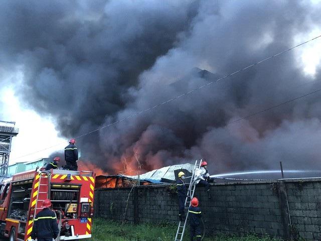 Công tác cứu hoả trong các đám cháy tại khu công nghiệp thường khó khăn vì đám cháy quá lớn.