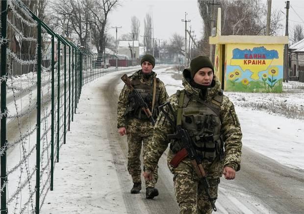 Lính biên phòng Ukraine tuần tra dọc hàng rào dây thép gai ngăn biên giới Nga - Ukraine ở thị trấn Milove, đông Ukraine. (Ảnh: AP)
