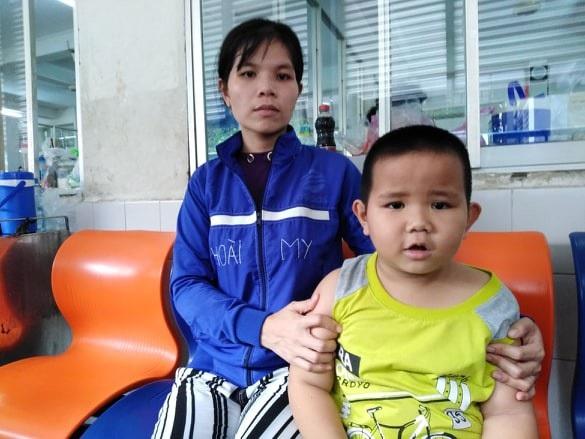 Chị Hồng Đào và bé Nhất Huy đang chờ phẫu thuật mổ tách các nốt u xuất hiện ở phổi trái trong tháng 10/2018