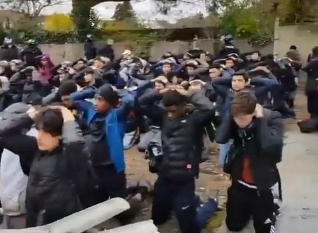 153 học sinh bị bắt. (Ảnh: Dailymail)