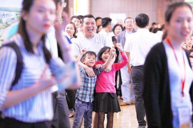 Cả gia đình hòa vào niềm vui chung khi mẹ trúng giải thưởng lớn từ chương trình.