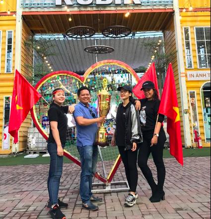 """Phố đi bộ Nguyễn Huệ """"nêm chặt"""" người, hàng ngàn CĐV chung niềm tin Việt Nam chiến thắng! - 13"""