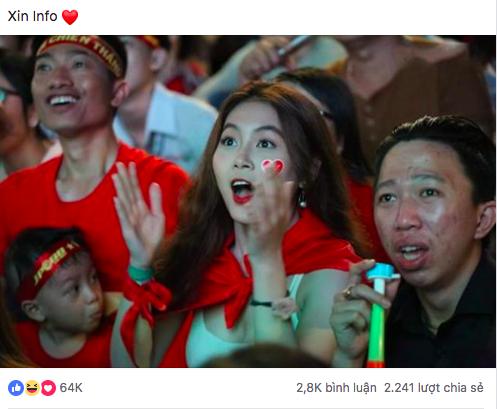 Nữ sinh thực tập gợi cảm gây chú ý trong đám đông cổ vũ đội tuyển Việt Nam tại phố đi bộ Nguyễn Huệ (TP.HCM)