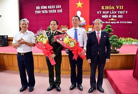 Bí thư và Chủ tịch UBND tỉnh Thừa Thiên Huế tặng hoa chúc mừng tân Phó Chủ tịch Phan Thiên Định (thứ 2 từ phải qua) và ông Nguyễn Quốc Đoàn, Giám đốc Công an tỉnh (thứ 2 từ trái qua)