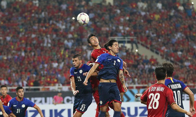 Đoàn Văn Hậu đã làm rất tốt ở các tình huống bóng bổng ngăn chặn cầu thủ Philippines dứt điểm bằng đầu