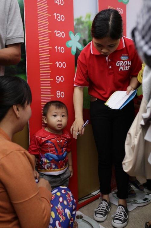 """Đến với """"Hành trình giúp trẻ thoát nhanh suy dinh dưỡng, thấp còi, tăng cân sau 3 tháng"""", trẻ sẽ được đo chiều cao, cân nặng và tư vấn từ những chuyên gia uy tính trong ngành dinh dưỡng và nhi khoa."""