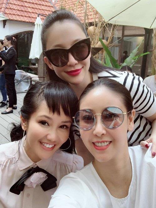 Sau khi điều trị và tĩnh dưỡng, Diva Hồng Nhung trở lại tham gia các hoạt động ca nhạc, mới đây, cô còn tham dự sự kiện cùng hoa hậu Hà Kiều Anh và chim công làng múa Linh Nga.