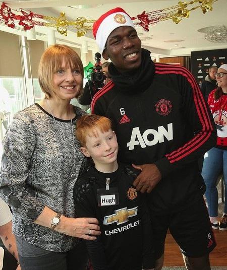 Paul Pogba rất vui vẻ khi được giao lưu với các em nhỏ